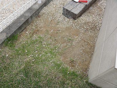 テラス部分 砂利を除去