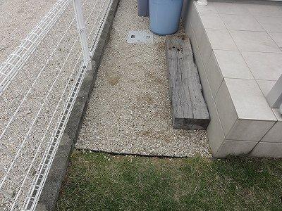 テラスの横 侵食した芝生の除去 完了