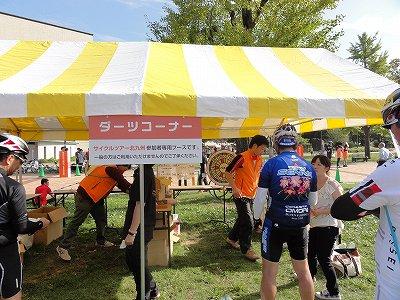 サイクルツアー北九州2013 ゴール後イベント ダーツ