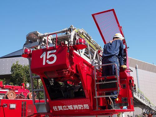 はしご車 操作中 消防士