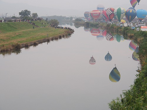佐賀バルーンフェスタ2013 嘉瀬川に写るバルーン